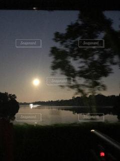 輝く満月と湖の写真・画像素材[1968080]