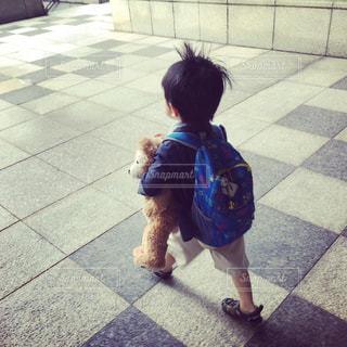クマを小脇に抱えて通学の写真・画像素材[1969566]
