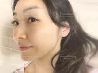 すっぴん女性の横顔の写真・画像素材[2100683]