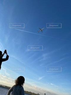 飛行機雲と飛行機の写真・画像素材[4340627]