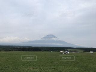 背景の富士山に大規模なグリーン フィールドの写真・画像素材[943828]