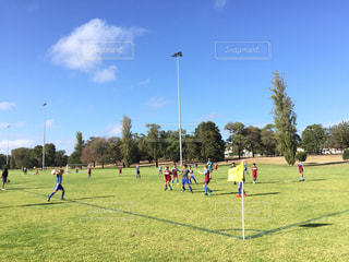 青空のもと楽しくサッカーをする子供たち⚽️の写真・画像素材[1987324]