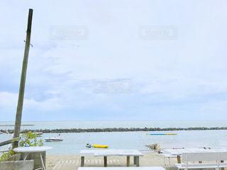 水域の隣に停泊しているボートの写真・画像素材[2087699]
