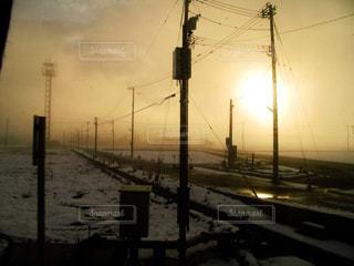 冬の東北の朝がまるで終末風景の写真・画像素材[2282048]
