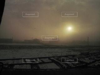 冬の東北の朝がまるで終末風景の写真・画像素材[2282089]