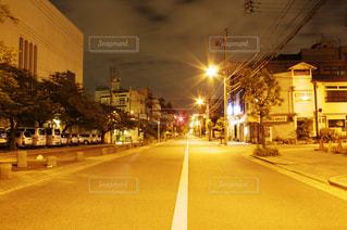 深夜の夜の街路の写真・画像素材[2284213]