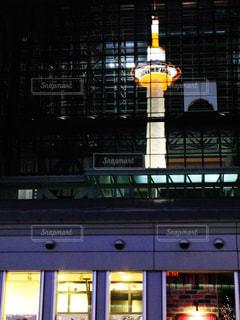 反射京都タワーの写真・画像素材[2286607]