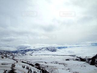 雪に覆われた山の写真・画像素材[2289040]