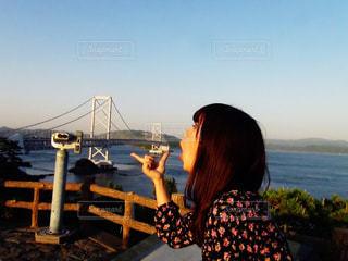 橋を口から出してみた人の写真・画像素材[2290155]