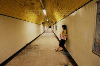 トンネルの真ん中で黄昏の写真・画像素材[2290210]