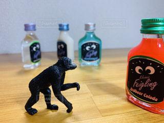 パリピ酒が気になるチンパンの写真・画像素材[2320206]