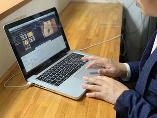 ラップトップコンピュータを使用する人の写真・画像素材[2320243]