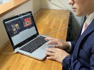 ラップトップコンピュータを使う男の写真・画像素材[2320244]