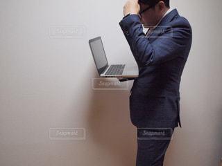 鏡の前に立つ人がカメラに向かってポーズをとるの写真・画像素材[2322644]