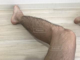 木製の表面に座っている男の写真・画像素材[2319168]