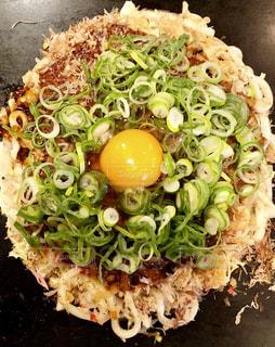 近くにブロッコリーと食品のプレートのアップの写真・画像素材[2082470]