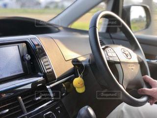 カメラにポーズを鏡の前で停まっている車の写真・画像素材[2084125]