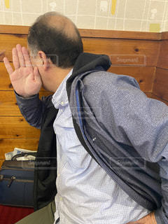 顔を隠すおじさんの写真・画像素材[3121414]