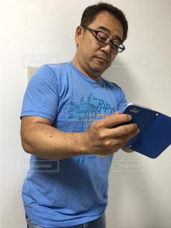 電話を持っている男の写真・画像素材[2259136]