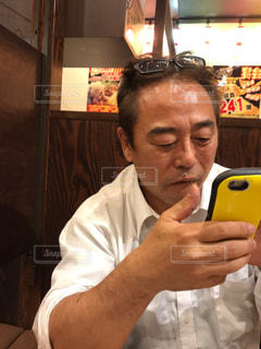 電話を持っている人の写真・画像素材[2305359]