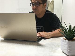 ノートパソコンの前に座っている男の写真・画像素材[2367308]
