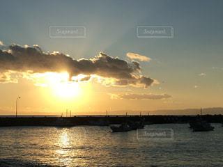 水域に沈む夕日の写真・画像素材[2859062]