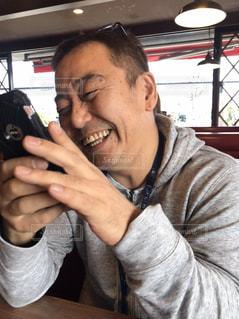 携帯電話で話している男の写真・画像素材[2963224]