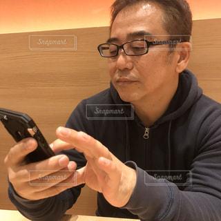 携帯電話を見ている男の写真・画像素材[3004676]