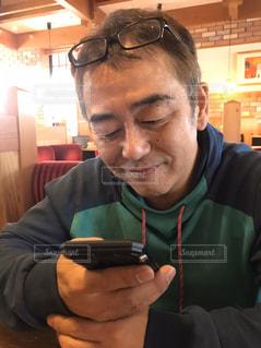 男は携帯電話を使っているの写真・画像素材[3031413]
