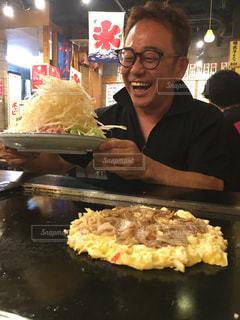食べ物を作っている男の写真・画像素材[3306173]