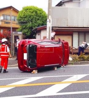 横倒しになった車の写真・画像素材[3611542]