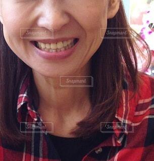 笑顔でカメラを見ている女性のクローズアップの写真・画像素材[4053302]