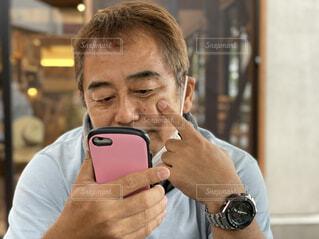携帯電話で話している人の写真・画像素材[4628041]