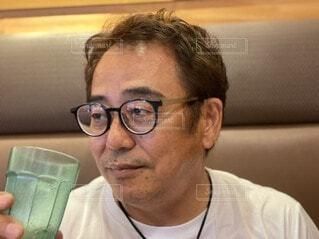 眼鏡をかけた男がカメラを見ているの写真・画像素材[4652926]