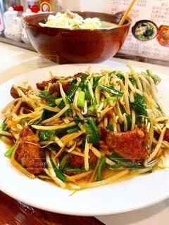 食べ物の皿をテーブルの上に置くの写真・画像素材[4796839]