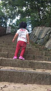 石垣の隣に立っている男の子の写真・画像素材[2705257]