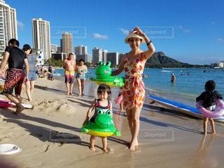 おばあちゃんと一緒海水浴の写真・画像素材[2049417]