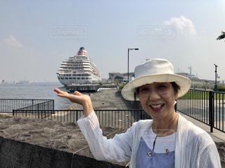 大きな船を片手に!の写真・画像素材[2099574]
