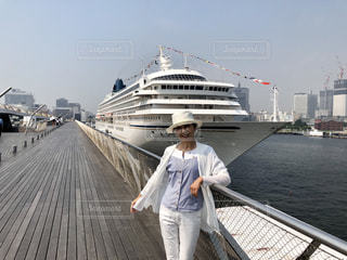 船に乗る前にハイポーズ!の写真・画像素材[2099576]