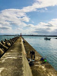 水域のボートに乗っている人々のグループの写真・画像素材[2730545]