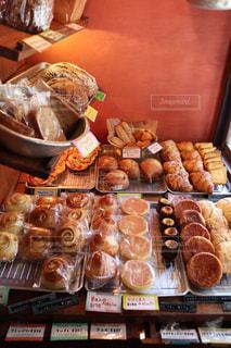 たくさんの食べ物でいっぱいの店の写真・画像素材[2506327]