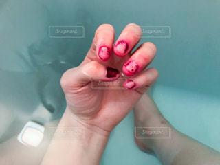 ピンクの t シャツを持っている手の写真・画像素材[1037201]