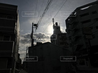 建物の隙間、光の写真・画像素材[1037202]