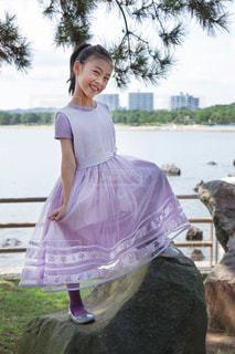 ドレスを着るの写真・画像素材[1990750]
