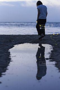 浜辺に立っている人の写真・画像素材[725254]