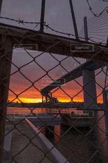 近くの橋を渡る鉄道の写真・画像素材[807140]