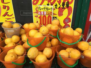 グレープフルーツのバケツ売りの写真・画像素材[2002017]