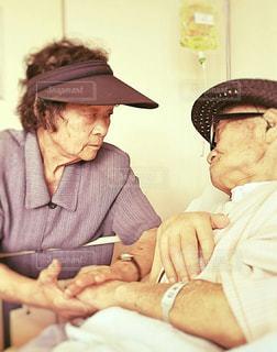 お見舞いに来たおばあちゃんの写真・画像素材[2069020]