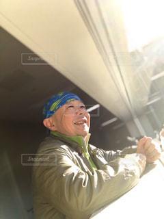 窓の前に立っている男性(4)の写真・画像素材[2820860]
