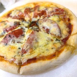 トマトとバジルのピザ(ナポリ風)の写真・画像素材[3004716]